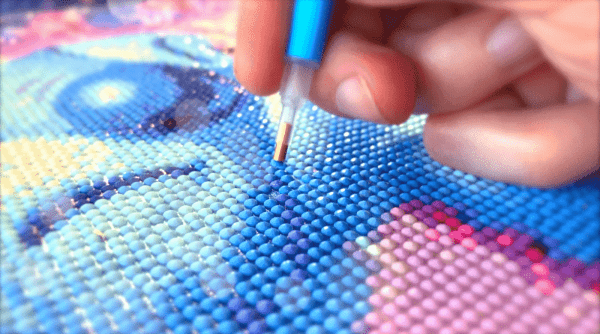 Placing round drills with a diamond painting pen